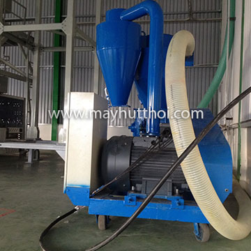 Pneumatic vacuum conveyor for conveying agricultural products from container to storage